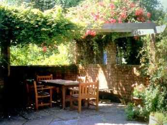 服务项目涉及别墅庭院设计,屋顶花园设计,景观设计,小品雕塑设计,园林